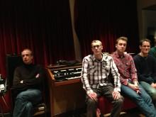 Studenten im Tonstudio des Peer Musikverlags.